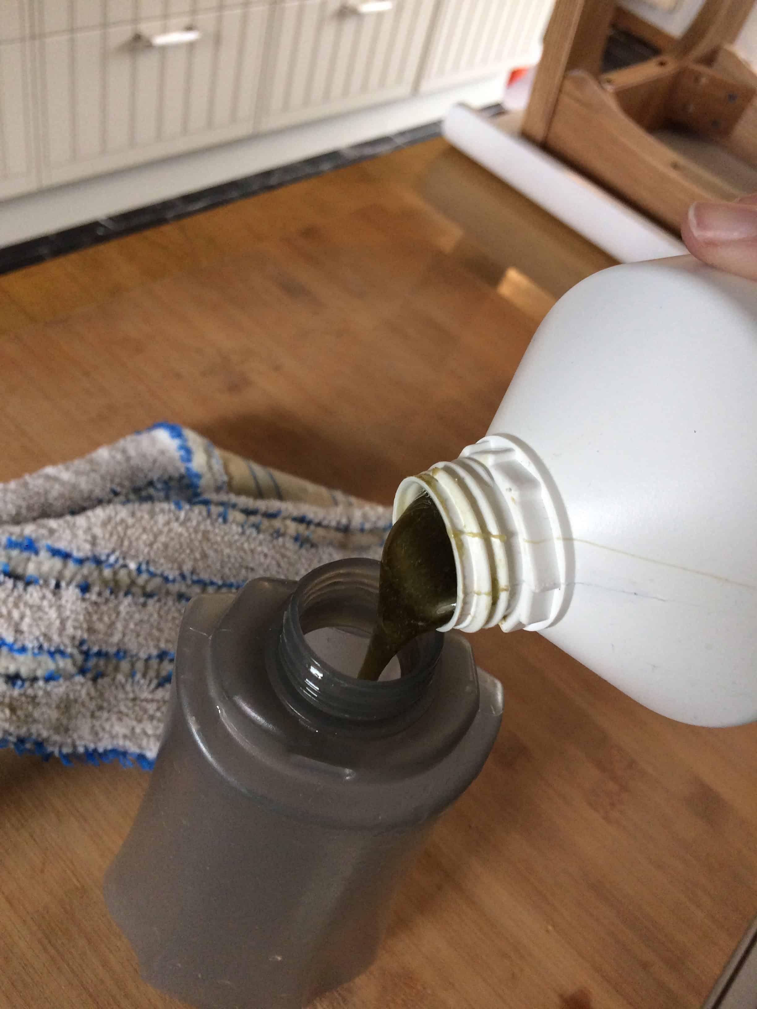 verser le savon de marseille dans le compartiment ou dans un seau